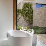 Villa 5 bathroom with access to the garden